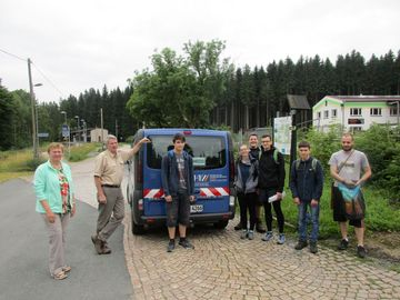 Prof. Müller und Prof. Jäschke mit Studenten in Grünbach
