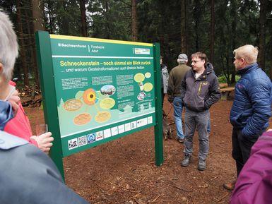 an der neuen Tafel am Schneckenstein im Gespräch der Vorsitzende der LAG BM Siegemund und Geoparkmanager Denis Loos