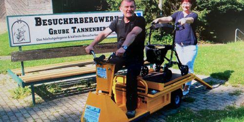 Steffen Gerisch und Anke Färber mit dem neuen Mobil